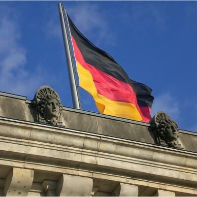 Reichstag Berlin mit Fahne