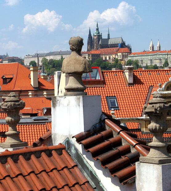Blick über die Dächer von Prag zum Hradschin