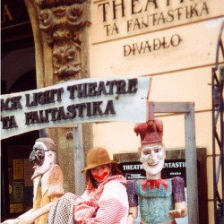 Mädchen vor Theater in Prag