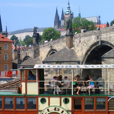 Die Moldau mit der Karlsbrücke in Prag