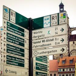 Wegweiser zu Sehenswuerdigkeiten auf dem Marktplatz von Wittenberg 2012